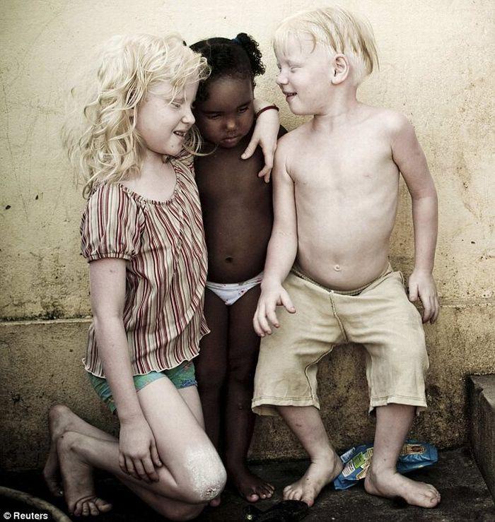 Черная бразильянка родила трех белых детей (4 фото)