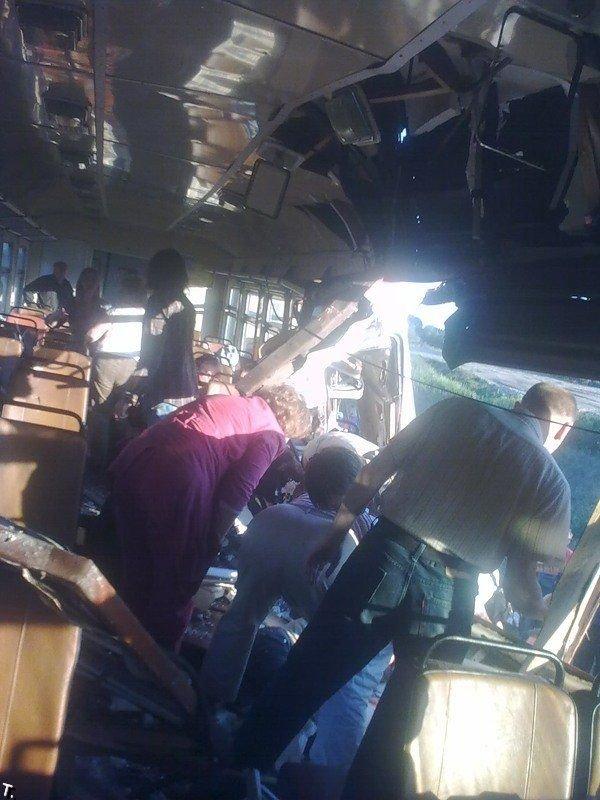 Поезд столкнулся с экскаватором (13 фото)