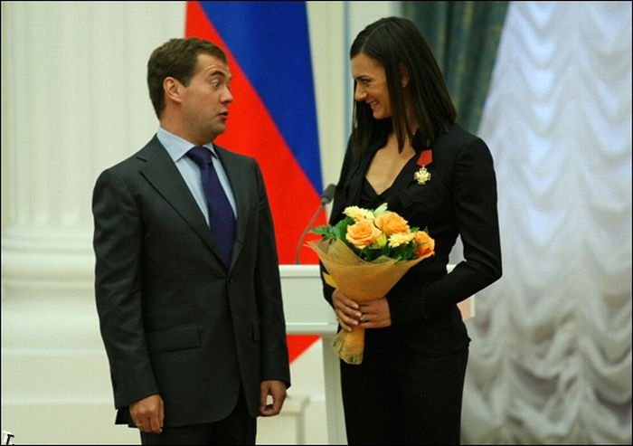 Медведев и победительницы Олимпиады 2008 (15 фото)