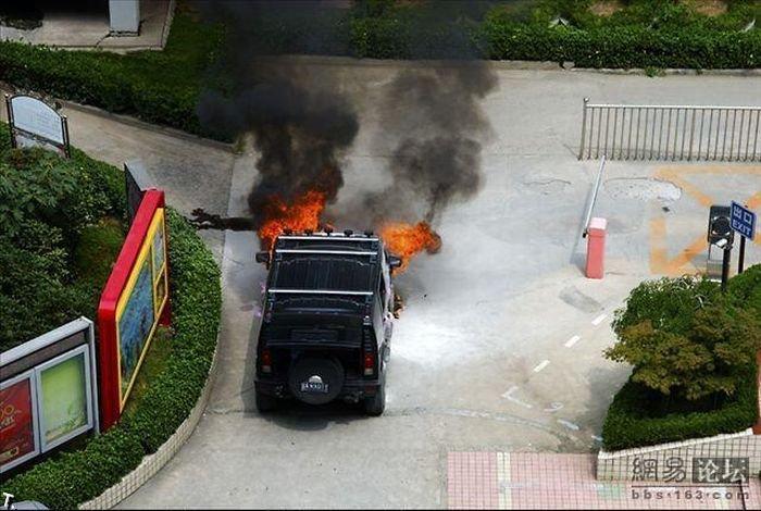 В Китае во время свадьбы сгорел Hummer (11 фото)