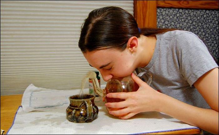 Конкурс по выдуванию воды из чайника (17 фото)