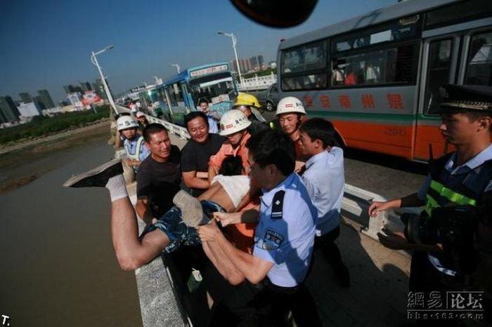 Самоубийца с ребенком в Китае (13 фото)