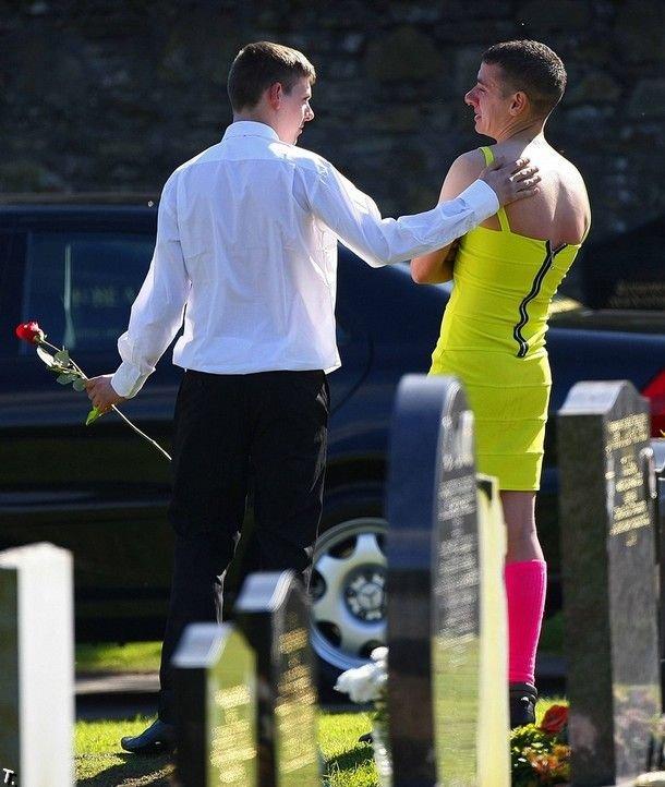 На похороны друга в женском платье (5 фото)