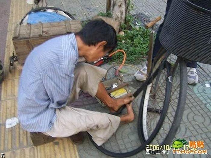 Что может сделать безрукий веломеханик? То, что не могут сделать и люди с руками! Armless_china_02