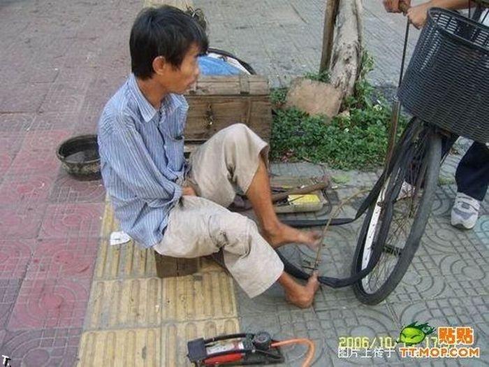 Что может сделать безрукий веломеханик? То, что не могут сделать и люди с руками! Armless_china_03