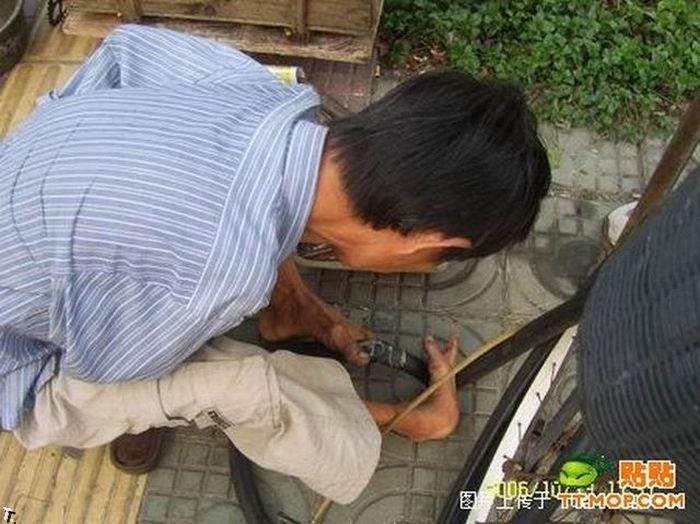 Что может сделать безрукий веломеханик? То, что не могут сделать и люди с руками! Armless_china_04