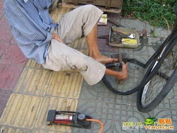 Что может сделать безрукий веломеханик? То, что не могут сделать и люди с руками! Armless_china_05