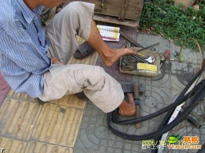 Что может сделать безрукий веломеханик? То, что не могут сделать и люди с руками! Armless_china_06