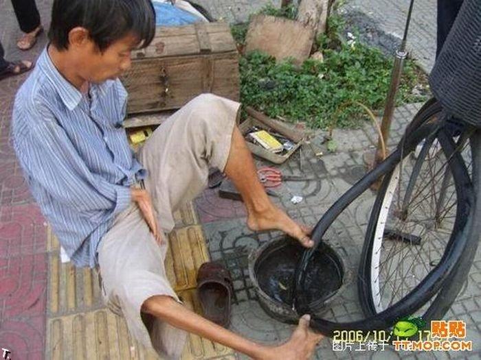 Что может сделать безрукий веломеханик? То, что не могут сделать и люди с руками! Armless_china_14