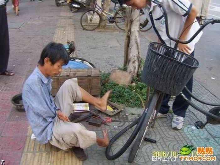 Что может сделать безрукий веломеханик? То, что не могут сделать и люди с руками! Armless_china_15