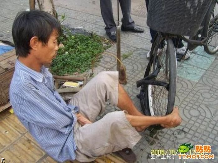 Что может сделать безрукий веломеханик? То, что не могут сделать и люди с руками! Armless_china_17