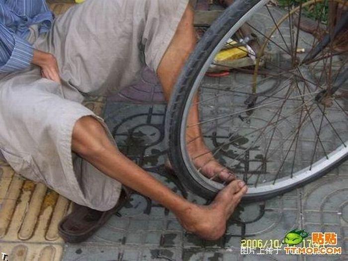 Что может сделать безрукий веломеханик? То, что не могут сделать и люди с руками! Armless_china_19
