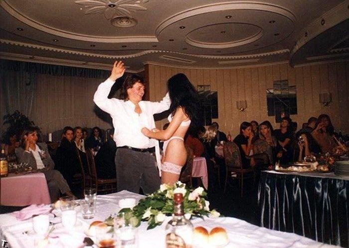 masturbiruet-russkaya-svadba-striptiz-nevesti-dlya-zheniha-sapogi