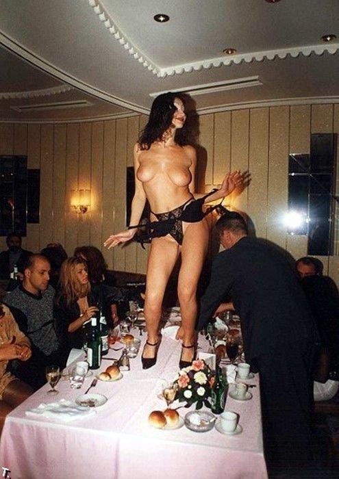 Фото пьяная девушка разделась на столе
