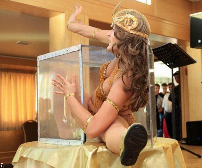 Девушка в ящике (7 фото)