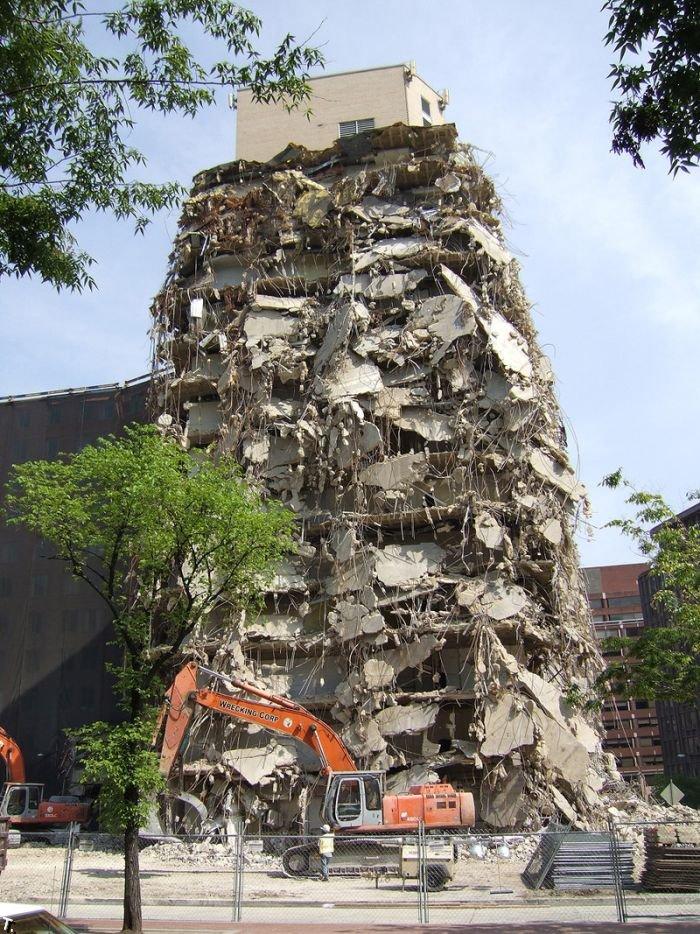 Странно здания сносят (3 фото)