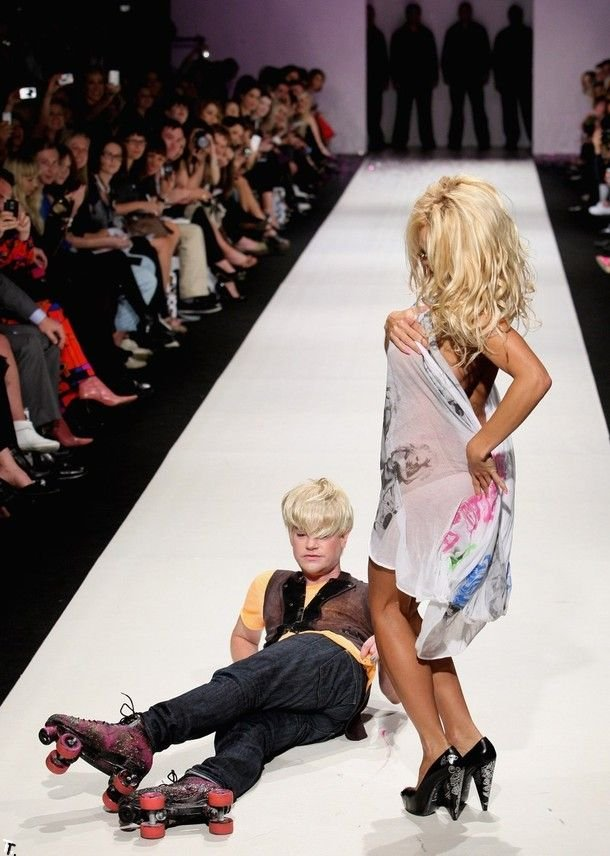 Памела Андерсон на подиуме (15 фото)