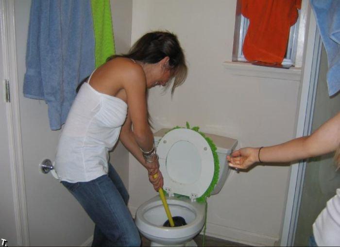 Симпатичные девушки, которые прочищают унитазы (30 фото)