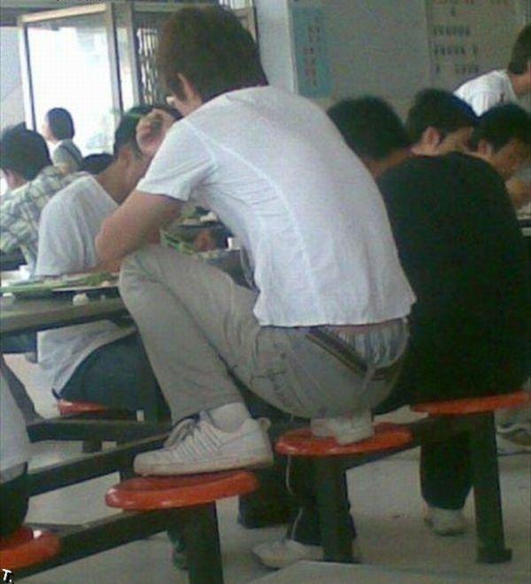 Как сидят в школьных столовых в Китае (6 фото)