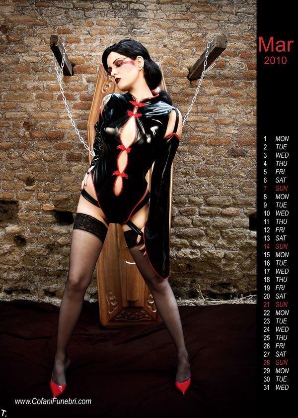 Сексуальный календарь производителя гробов (10 фото)
