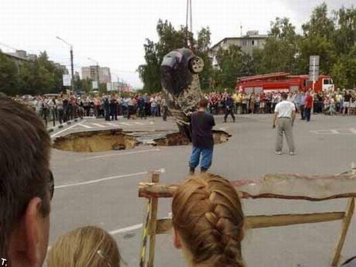 Провал на стоянке в Дзержинске (9 фото)