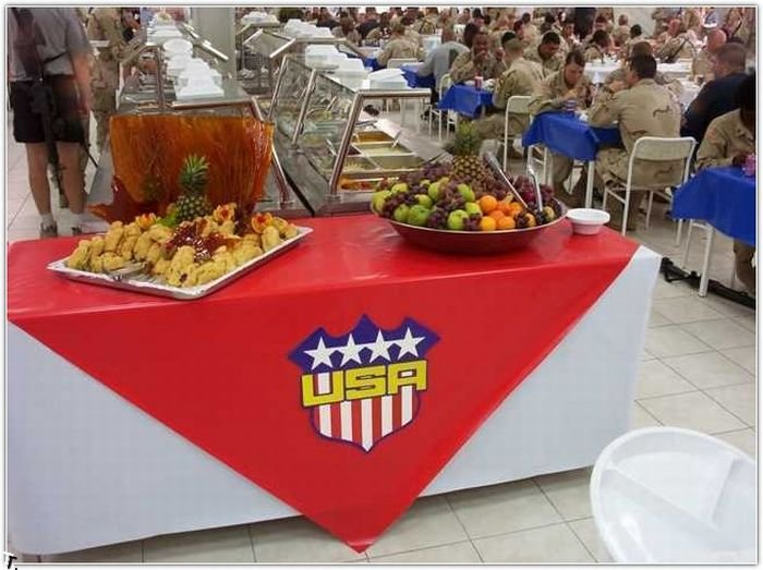 Ужин американских солдат в Ираке (24 фото)