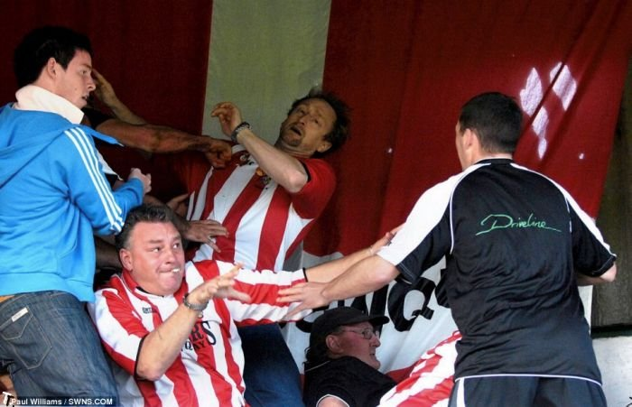 Футболист против фанатов (11 фото)