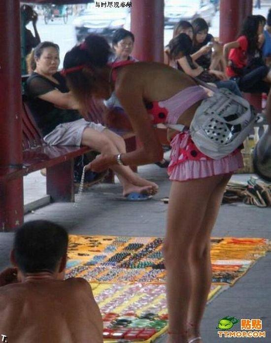 Этой девушке нужна юбка подлиннее ;) (4 фото)