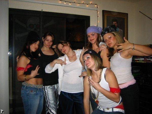 Девушки с гангстерскими распальцовками (47 фото)