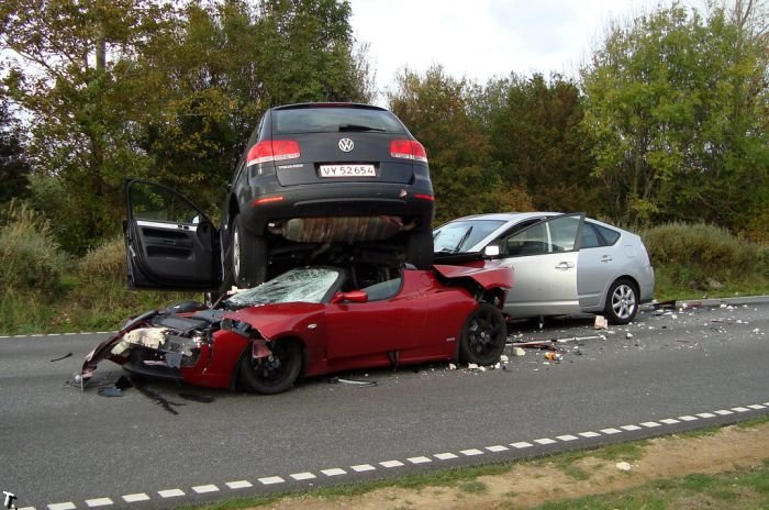 Интересная авария с участием Tesla Roadster (3 фото)