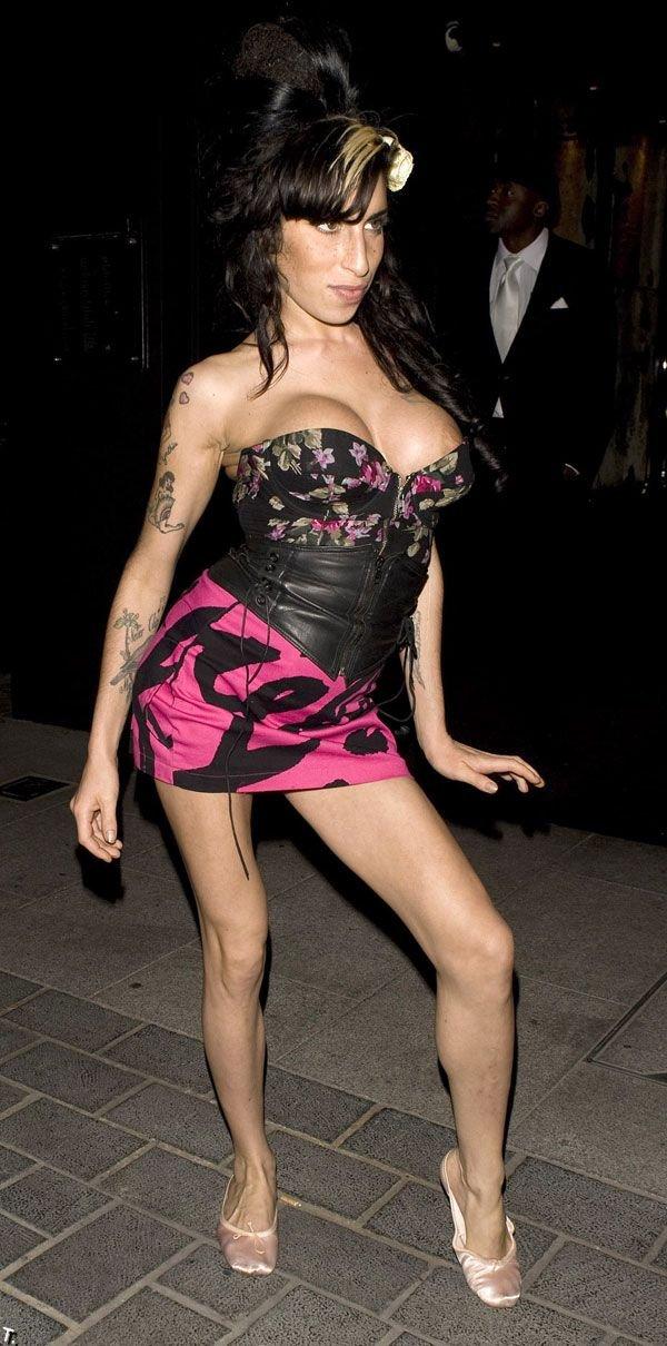 Как Эми Уайнхаус платье подтянуть забыла (22 фото)