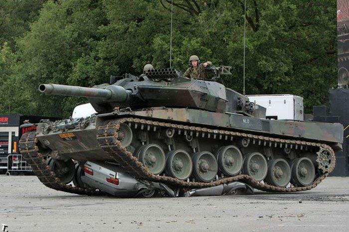 Танк против машины (6 фото)