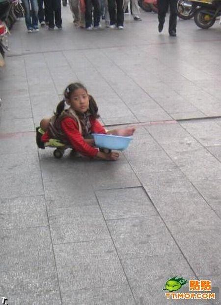 Девочка-попрошайка из Китая (6 фото)