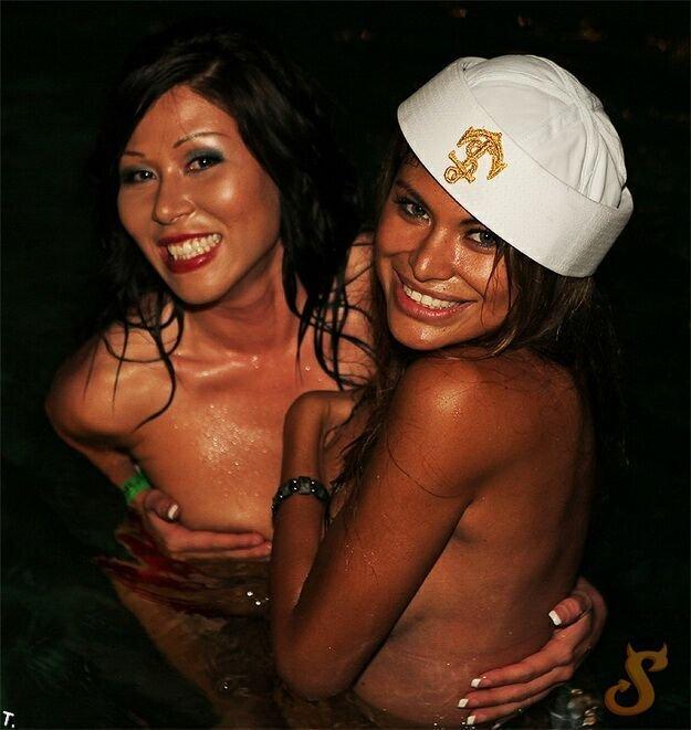 Вечеринка к Хэлллоуину в резеденции Playboy (62 фото)