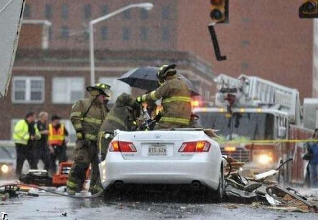 Счастливчик выжил после падения купола церкви (24 фото)