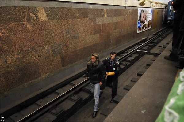 Попытка самоубийства в питерском метро (5 фото)