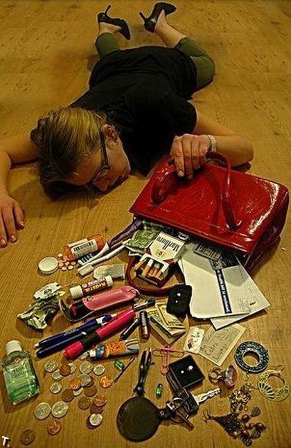 Что можно найти внутри женских сумочек (14 фото)
