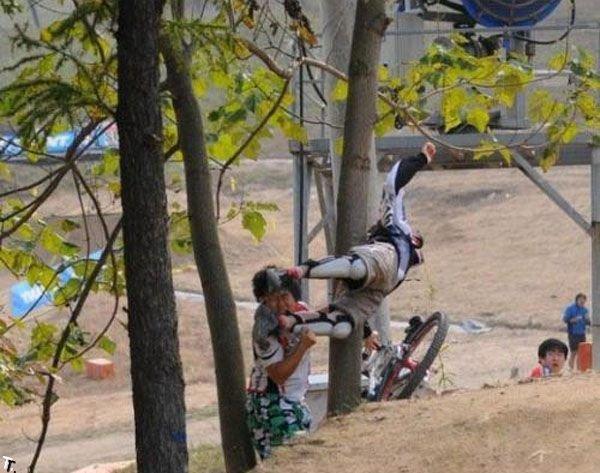 Велосипедист чуть не убил зрителя (4 фото)