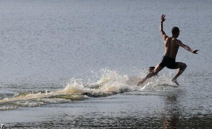 Шаолинские монахи не умеют бегать по воде (5 фото)