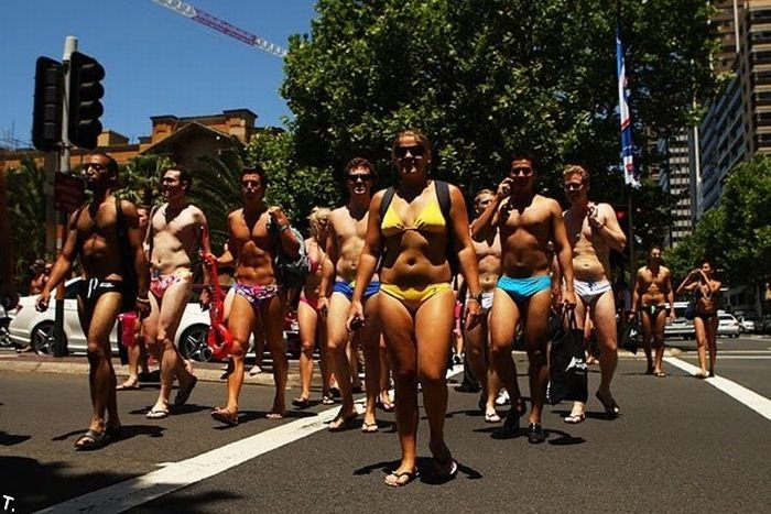 Парад в купальниках в Сиднее (23 фото)