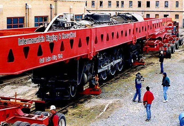 Как перевезти локомотив без рельс (5 фото)