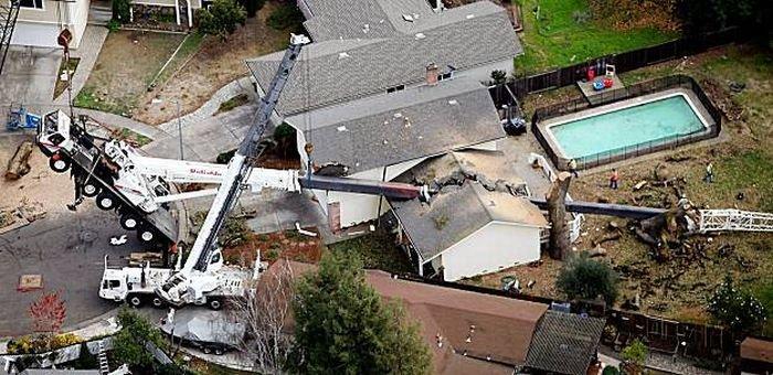 Кран разрушил дом (6 фото)