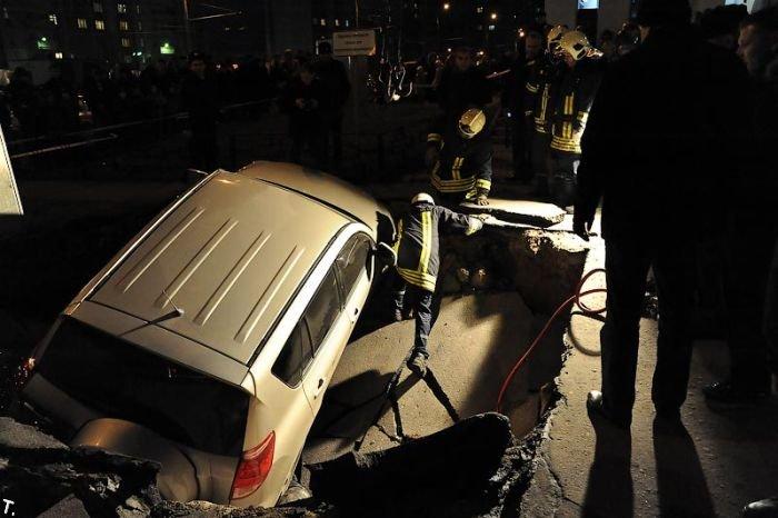 Очередной провал асфальта в Москве (22 фото)