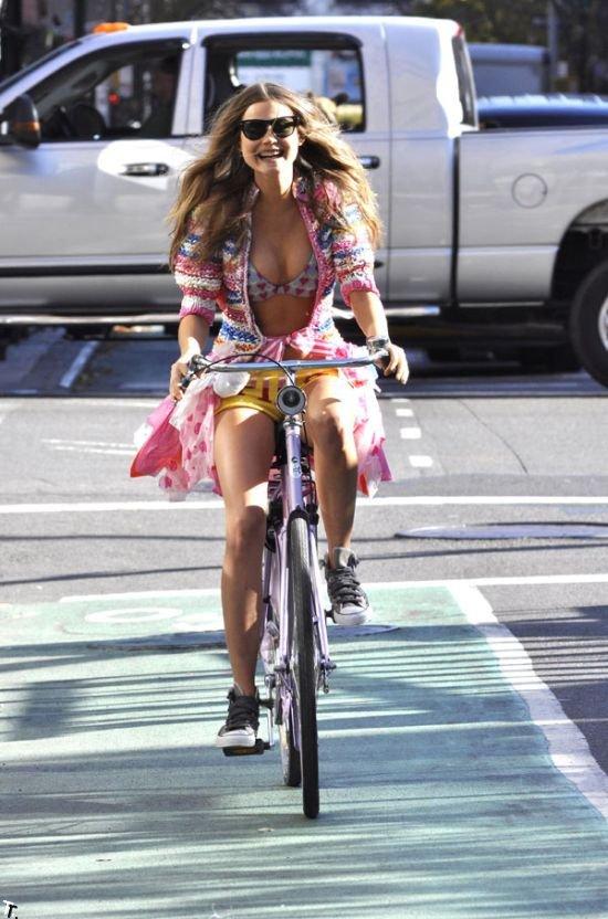 Сексуальная велосипедистка (8 фото)