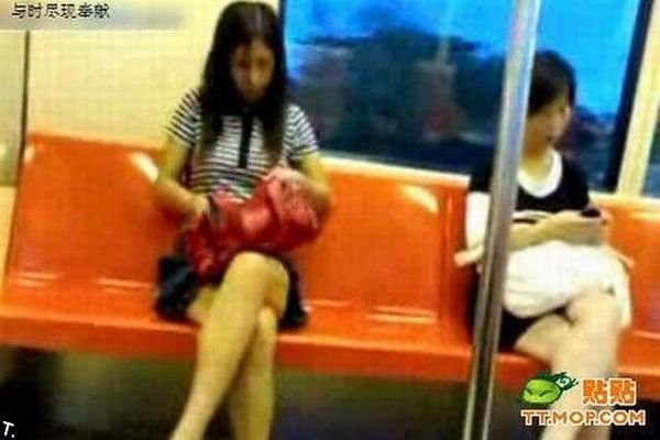 Девушка решила подстричь ногти в метро (7 фото)