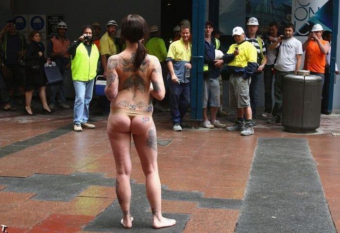 Полуголый протест (9 фото)
