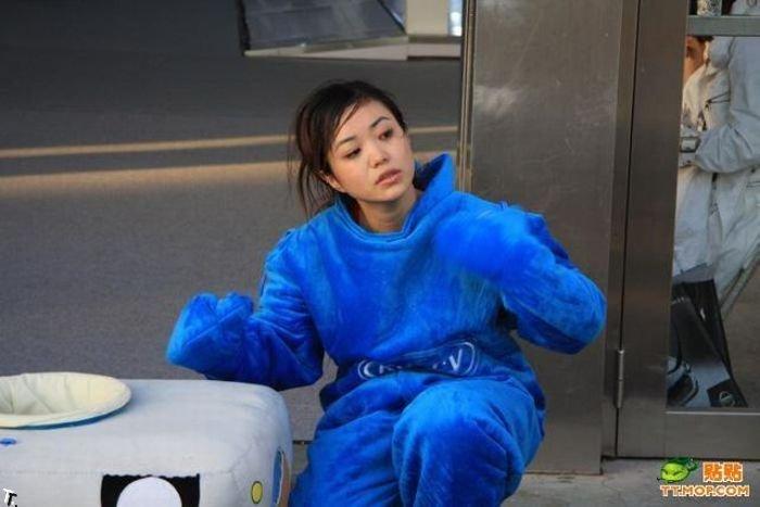 Симпатичная девушка в смешном костюме (8 фото)