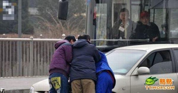 Разборки на дороге в Китае (10 фото)