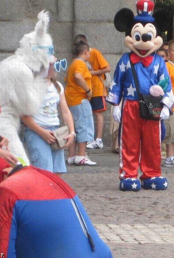 Толстый человек-паук в ужасном костюме (7 фото)