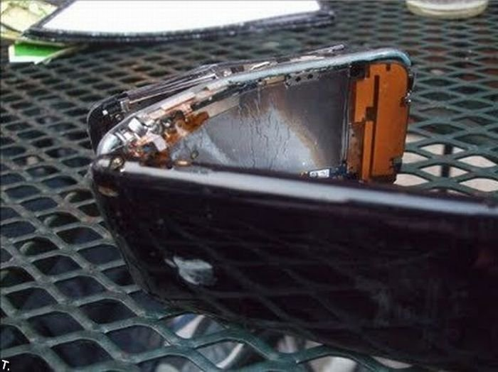 Разбитые телефоны iPhone (23 фото)